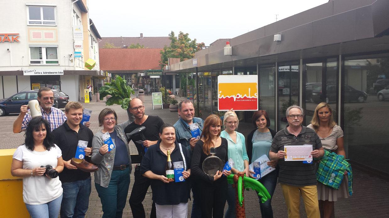 Inhaber der Läden in der Rodgau Passage zeigen stolz Ihr Törmscheheft